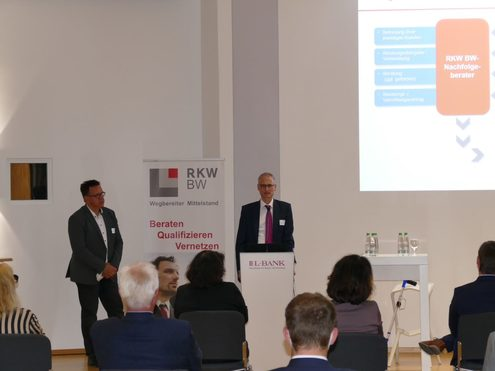 """Die Vorstellung der Plattform """"RKW BW Nachfolgeexperten"""" durch Gernod Kraft (links) und Dr. Mirko Häcker"""
