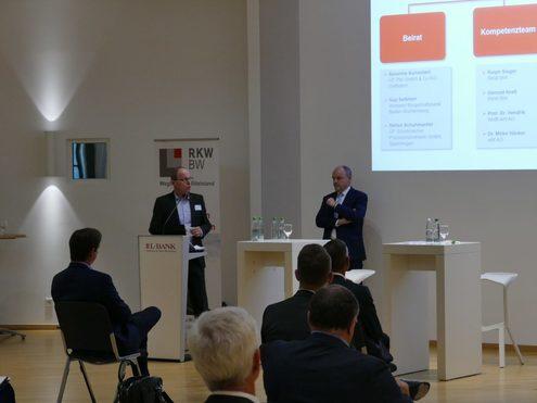 Ralph Sieger (links) und Dr. Hendrik Wolff stellen den Teilnehmern die Plattform vor.