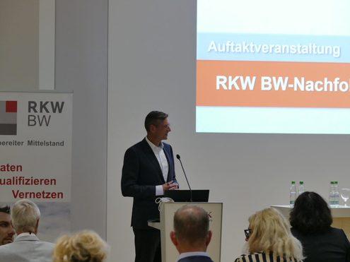 Johannes Heinloth, Vorstand der L-Bank, heißt die Teilnehmer willkommen.