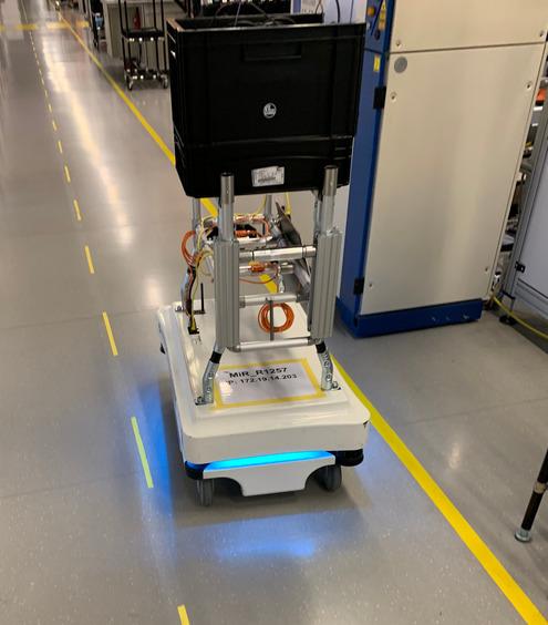 Logistik-Assistent im Einsatz: Die per W-Lan gesteuerten Helfer kümmern sich um die Materialbereitstellung. Sie entnehmen aus einem Supermarkt bereitgestellte Materialboxen, erkennen den Empfänger und bringen die Materialien direkt an die entsprechende Linie.