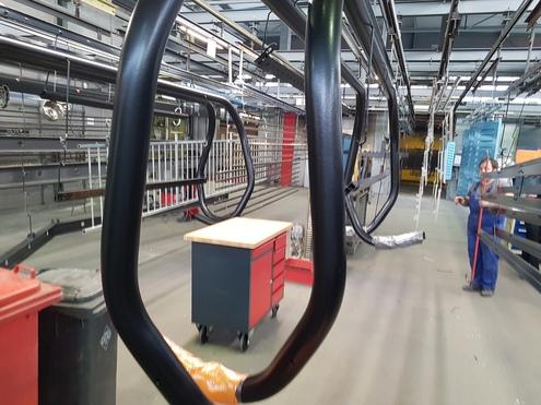 Die Teile werden hängend durch den Beschichtungsprozess transportiert