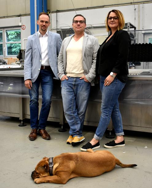 Ein gutes Team (von links): Sebastian Mayer (Erfolgsschmiede), Michael Göttle und Severine Göttle (SMARD). Und vorne Firmenhund Olivia